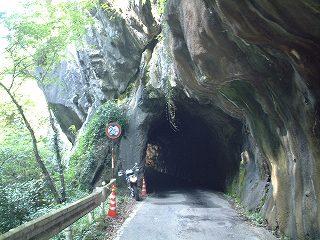 オーバーハングの先にトンネル