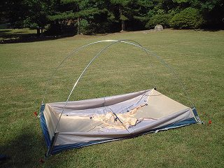 設営途中のテント